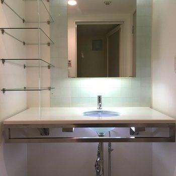洗面台はガラスと照明でオシャレになっています。