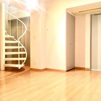 螺旋階段を降りると8.6帖のおへやへ。