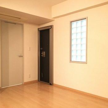 黒いドアからテラスへ出られます。