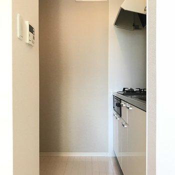キッチンが奥まっているのが嬉しい!冷蔵庫や小さなラックも置けそう(※写真は清掃前のものです)