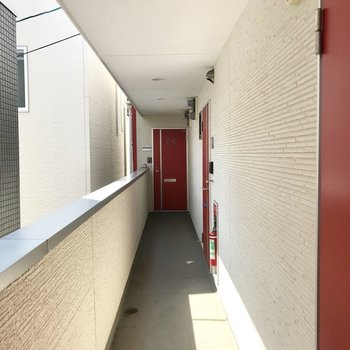 共用廊下。赤い扉がりんごみたい。
