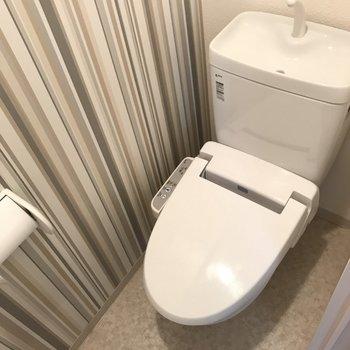 トイレの壁紙がなんだかお洒落。ウォシュレット付き(※写真は清掃前のものです)