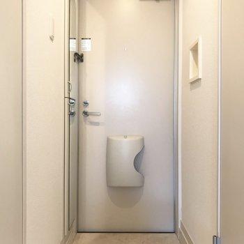 玄関はシンプルでお部屋の雰囲気にぴったりですね(※写真は清掃前のものです)