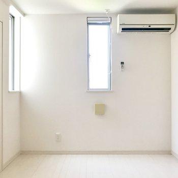 洋室はコンパクトですがほぼ正方形で使いやすい◯(※写真は清掃前のものです)
