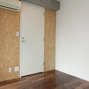 コルクの壁と白い扉