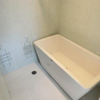 薄水色のタイルに囲まれたお風呂。テレビ付でした♪