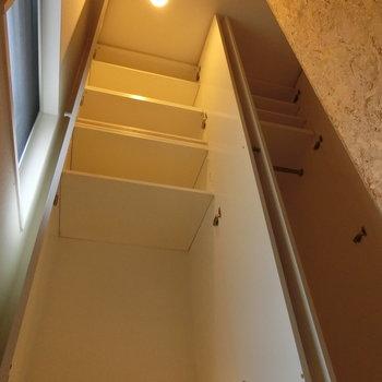 階段の上には収納