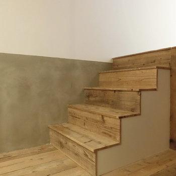 ダイニングへと続く、足場板を用いた階段