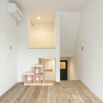 こちらはベッドルーム 奥にはロフトのような収納スペースが