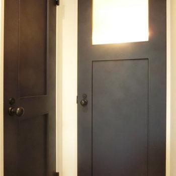 水回りへの扉は上品な紺色に