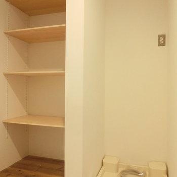 棚と室内洗濯機置場