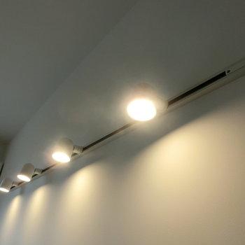 部屋を照らすスポットライト