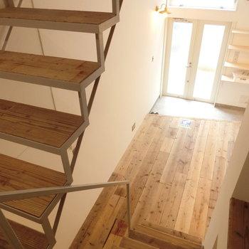 階段に座り、部屋を眺める