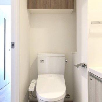 脱衣所にトイレがあります。※写真は7階の同間取り別部屋のものです