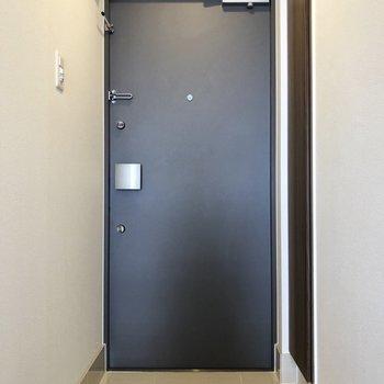 玄関はツルツルタイル。※写真は7階の同間取り別部屋のものです