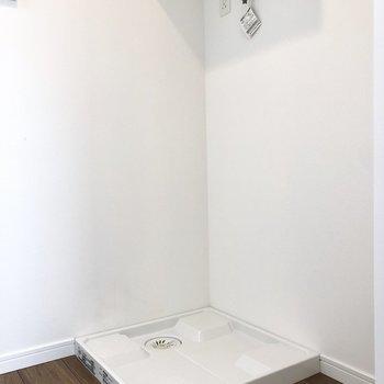 洗濯機置き場と冷蔵庫はお隣さん。※写真は7階の同間取り別部屋のものです