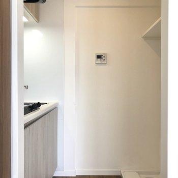 小さい段差を上がってキッチンへ。※写真は7階の同間取り別部屋のものです