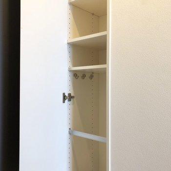 シューズボックスには傘置き場も。仕切り調節可能です。※写真は7階の同間取り別部屋のものです