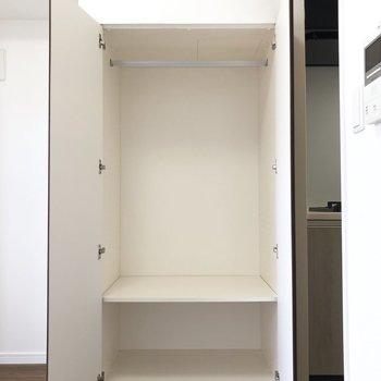 クローゼットは奥行きもあって最低限のものは入りそう。※写真は7階の同間取り別部屋のものです