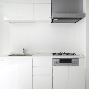 キッチンは3口コンロにグリル付き!※写真は前回募集時のものです