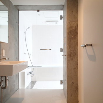 続いて地下の水回り!お風呂に自然光がやんわり。※写真は前回募集時のものです