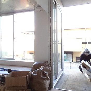 玄関はいるとこんな感じ。目の前にはL字のテラスが。