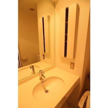 洗面台は同じスペースに。※写真は反転間取り別部屋です。