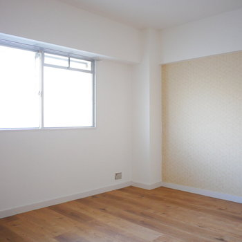 北側の洋室はベージュのアクセントクロス