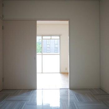 LDK横の洋室のフロアは固くツルっとした質感
