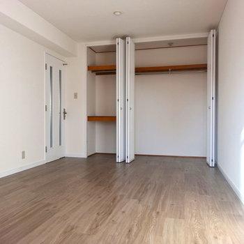 キッチン横の洋室。広いので夫婦の寝室にどうぞ