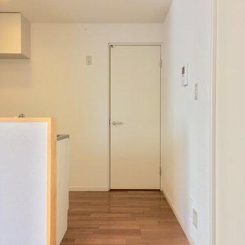 キッチンの後ろにある扉は・・・