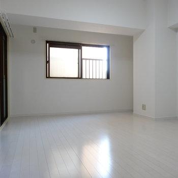 こちらが奥の洋室。リノベ済みできれいですね
