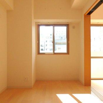 洋室には小さめの窓。