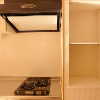キッチン横に棚があるのは嬉しい。