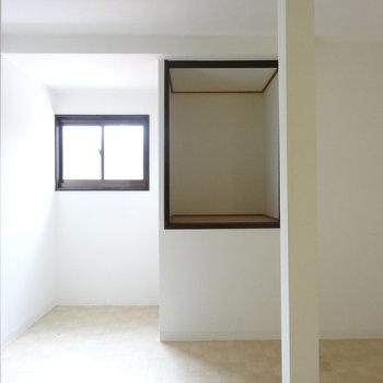 手前の洋室はふしぎな収納とカクッとした空間。