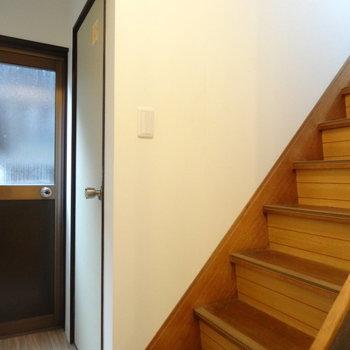 階段横に、トイレと勝手口。