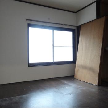 一番奥の洋室はレトロ感※清掃前です、汚くてごめんなさい