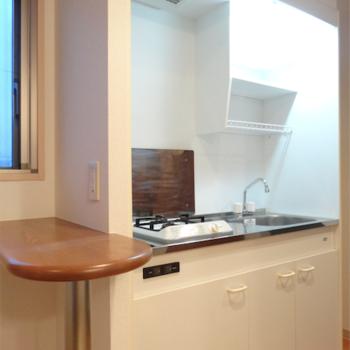 キッチンはガス1口で小さめ。