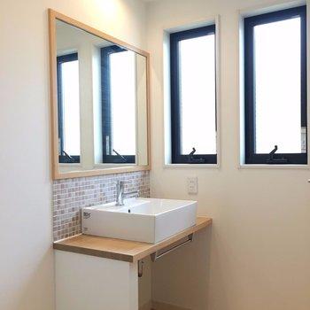 ワンステップ上がったところにタイル張りの洗面スペースがあります※写真は前回募集時のものです
