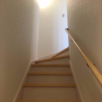 玄関を入るといきなり階段で2階へ※写真は前回募集時のものです
