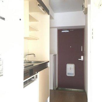 扉を開けてキッチン方面へ※写真は4階の同間取り別部屋です