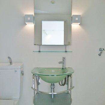 洗面台もお洒落だなぁ♪※写真は2階の反転間取り別部屋のものです。