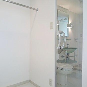 クローゼットから水まわりにつながるんだ!※写真は2階の反転間取り別部屋のものです。