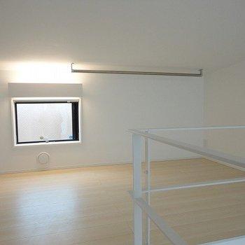 天井はそれほど高くないです。※写真は別部屋です。