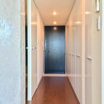LDKから廊下へ。左の扉は…?