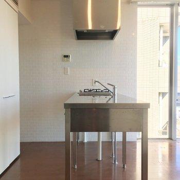 キッチンの背面に洗濯機置場がありますよっ