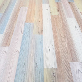 床の色合いが面白いんです(※写真は3階の同間取り別部屋のものです)