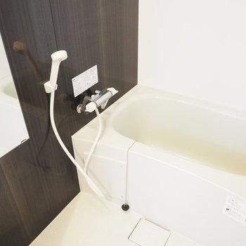 コンパクトですが落ち着けそうなお風呂(※写真は3階の同間取り別部屋のものです)
