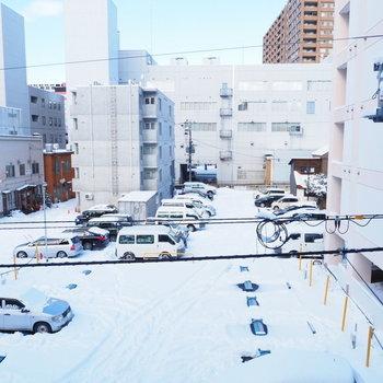 眺望。目の前は駐車場です。(※写真は3階の同間取り別部屋からの眺望です)
