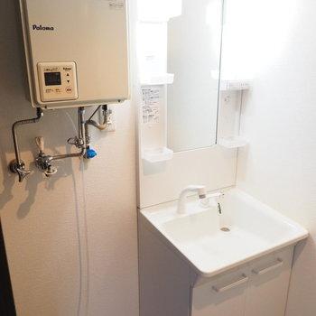 洗濯機と洗面台は隣り合わせ(※写真は3階の同間取り別部屋のものです)
